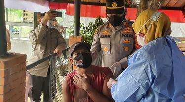 Kapolsek Sawangan tenangkan warga saat vaksinasi Covid-19 di Kota Depok