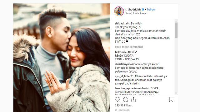 Siti Badriah dilamar pacar di Korea Selatan (https://www.instagram.com/p/Bsh-4o6AIY0/?utm_source=ig_embed&utm_campaign=embed_loading_state_script)