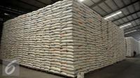 Suasana Gudang Badan Urusan Logistik (Bulog) kawasan Kelapa Gading, Jakarta Utara, Selasa (7/6). Bulog meyakini stoknya cukup untuk memenuhi kebutuhan masyarakat hingga 7 bulan ke depan. (Liputan6.com/Johan Tallo)