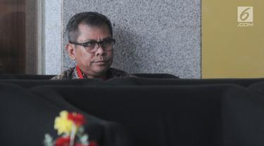 Mantan Wakil Bupati Bekasi, Rohim Mintareja berada di ruang tunggu untuk menjalani pemeriksaan di Gedung KPK, Jakarta, Kamis (24/1). Rohim Mintareja diperiksa sebagai saksi kasus dugaan suap izin proyek pembangunan Meikarta. (Merdeka.com/Dwi Narwoko)