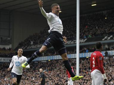 Pemain Tottenham Hotspur Kyle Walker merayakan gol yang dicetaknya melalui tendangan bebaas ke gawang Manchester United yang dikawal oleh David De Gea di White Hart Lane, Ahad (1/12/2013) malam WIB.(AFP/Ian Kington)