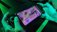 Black Shark 2 Pro lengkap dengan gamepad-nya. (Liputan6.com/ Yuslianson)