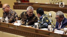 Ketua KPU Arief Budiman (kedua kiri) berbincang saat mengikuti rapat kerja dengan Komisi II DPR di Kompleks Parlemen Senayan, Jakarta, Selasa (14/1/2020). Rapat tersebut membahas Pilkada Serentak 2020 hingga kasus OTT yang menjerat Komisioner KPU Wahyu Setiawan. (Liputan6.com/Johan Tallo)
