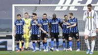 Para pemain Inter Milan merayakan gol yang dicetak oleh Romelo Lukaku ke gawang Juventus pada laga Liga Italia di Stadion Allianz, Sabtu (15/5/2021). Juventus menang dengan skor 3-2. (Piero Cruciatti/LaPresse via AP)