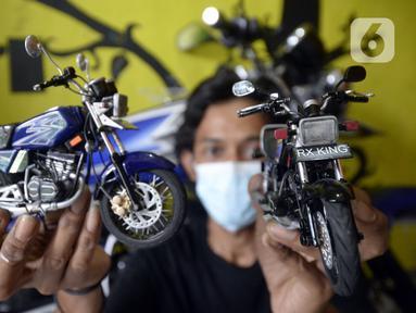 Perajin Wawang Kurniawan (38) menunjukkan pembuatan miniatur motor RX King di Kelurahan Serua, Ciputat, Tangerang Selatan, Sabtu (17/10/2020). Miniatur dari limbah korek api, pipa plastik, kabel, kaleng minuman, dan kawat itu dijual seharga Rp 400 - Rp 450 ribu per unit. (merdeka.com/Dwi Narwoko)
