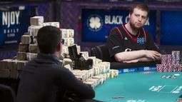 Joe McKeehen (kanan) tampak serius saat melawan Joshua Beckley pada kejuaraan poker dunia di Las Vegas, Amerika Serikat, Selasa (10/11/2015). Pria 24 tahun memenangkan uang 107 Miliar rupiah. (REUTERS/Steve Marcus)