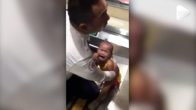 Seorang balita terlepas dari pengamatan orangtua hingga jarinya terjepit eskalator pada sebuah mal di Filipina.
