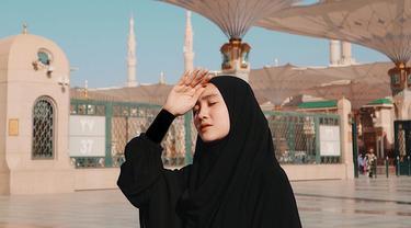 Tak cuma menawan dengan balutan fashion trendi, Febby Rastanty juga makin anggun dalam balutan hijab. Ini dapat dilihat dari unggahannya saat melakukan ibadah umrah. (Liputan6.com/IG/@febbyrastanty)