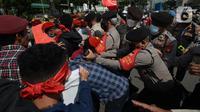 Massa gabungan dari berbagai elemen buruh dan organisasi mahasiswa terlibat aksi dorong dengan apparat kepolisian pada peringatan May Day di area Patung Kuda, Jakarta, Sabtu (1/5/2021). Polisi mengamankan sejumlah massa yang diduga mahasiswa dalam aksi unjuk rasa tersebut. (merdeka.com/Imam Buhori)