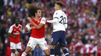 Gelandang Arsenal, Matteo Guendouzi, bersitegang dengan gelandang Tottenham Hotspur, Dele Alli, pada laga Premier League 2019 di Stadion Emirates, Minggu (1/9). Kedua tim bermain imbang 2-2. (AP/John Walton)