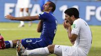 Giorgio Chiellini (kiri) mengklaim bahwa ia digigit oleh Luis Suarez (kanan) dalam pertandingan babak penyisihan antara Italia dan Uruguay Piala Dunia FIFA 2014 grup D di Estadio Arena das Dunas di Natal, Brasil, 24 Juni 2014. EPA / Emilio Lavandeira JR