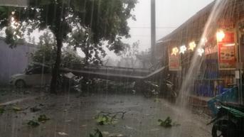 Hujan Deras Serta Angin Kencang Menerpa Depok, Reklame di Margonda Roboh