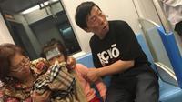 Tidak tega melihat cucunya, sang kakek dengan gagah membuka jaketnya dan membiarkan cucu kecilnya muntah di jaketnya (Shanghaiist.com).