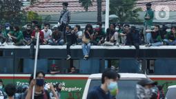 Massa gabungan berkumpul di kawasan Gondangdia, Jakarta, Kamis (8/10/2020). Massa gabungan berunjuk rasa menentang disahkan Omnibus Law UU Cipta Kerja. (Liputan6.com/Helmi Fithriansyah)