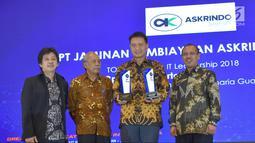 Direktur Keuangan Askrindo Syariah, Subagio Istiatno (kedua kanan) menerima penghargaan TOP IT & TELCO 2018 kategori Implementation on Sharing Insurance Sector 2018 dan TOP Leader on IT Leadership 2018 di Jakarta, Kamis (6/12). (Liputan6.com/HO/Iqbal)