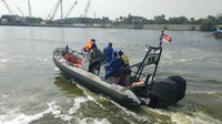 Tim Ditpolair menyisir kawasan Pondok Dayung untuk mencari buaya. (Liputan6.com/Ika Defianti)