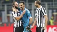 Pemain Juventus, Gonzalo Higuain, Gianluigi Buffon dan Giorgio Chiellini, merayakan kemenangan atas AC Milan pada laga Serie A di Stadion San Siro, Sabtu (28/10/2017). AC Milan Takluk 0-2 dari Juventus. (AP/Antonio Calanni)