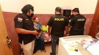 Petugas gabungan menggerebek kampung narkoba di Jalan Kunti, Sidotopo, Surabaya. (Dian Kurniawan/Liputan6.com)