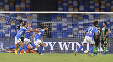 Pemain Napoli Elseid Hysaj (kiri tengah) merayakan golnya ke gawang Sassuolo pada pertandingan Serie A di Stadion San Paolo, Naples, Italia, Sabtu (25/7/2020). Napoli mengalahkan Sassuolo dengan skor 2-0. (Cafaro/LaPresse via AP)