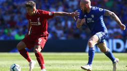 Aksi Roberto Firminho melewati pemain Cardiff City pada laga lanjutan Premier League yang berlangsung di Stadion Millenium, Cardiff, Minggu (21/4). Liverpool menang 2-0 atas Cardiff City. (AFP/Geoff Caddick)