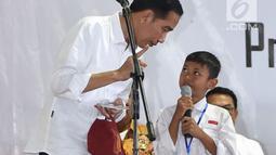 Presiden Joko Widodo atau Jokowi memberi pertanyaan kepada seorang siswa acara penyerahan KIP dan PKH di Kota Banjarbaru, Kalimantan Selatan (26/3). (Liputan6.com/Pool/Biro Setpres)