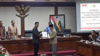 Mendagri menyerahkan surat pelaksana tugas Gubernur Sultra kepada Wagub Sultra (Liputan6.com/ Putu Merta Surya Putra)