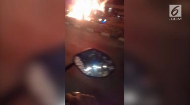 Sebuah mobil pick up bermuatan barang bekas ludes terbakar di tengah jalan Tekno Widya, Setu, kota Tangerang Selatan, Selasa malam.