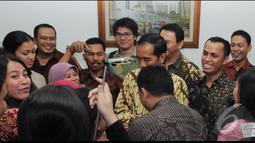 Jokowi dan Ahok terlihat akrab dan membaur bersama para stafnya. Mereka tidak canggung ketika diajak untuk berfoto bersama, Jakarta, Jumat (8/8/2014) (Liputan6.com/Herman Zakharia)