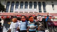 Sejumlah penarik becak memakai topeng berjawah kedua pasangan Capres dan Cawapres, Jokowi-Ma'ruf Amin dan Prabowo-Sandiaga. di Pasar Gede.(Liputan6.com/Fajar Abrori)
