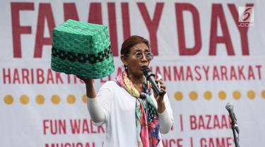 Menteri KKP Susi Pudjiastuti membawa keranjang plastik saat memberikan sambutan acara Family Day Artha Graha Peduli (AGP) di Pasar Akhir Pekan SCBD, Jakarta, Minggu (25/11). Susi mengimbau pengurangan penggunaan plastik. (Liputan6.com/Fery Pradolo)