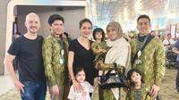 Olla Ramlan bersama suami dan ketiga anaknya jelang umrah (Dok.Istagram/@https://www.instagram.com/p/BtQDKLzg6nI/Komarudin)