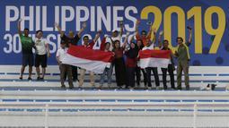 Suporter memberikan dukungan kepada Timnas Indonesia U-22 saat melawan Thailand U-22 pada laga SEA Games 2019 di Stadion Rizal Memorial, Manila, Selasa (26/11). Indonesia menang 2-0 atas Thailand. (Bola.com/M Iqbal Ichsan)