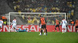 Suasana saat Shakhtar Donetsk mencetak gol ke gawang Olympique Lyon pada penyisihan Grup F Liga Champions di Stadion NSK Olimpiyskyi, Kiev, Ukraina, Rabu (12/12). Shakhtar tak lolos ke 16 besar Liga Champions. (SERGEI SUPINSKY/AFP)