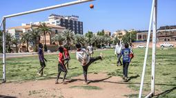 Anak-anak Sudan bermain sepak bola di ibu kota Khartoum (23/4). Wilayah perkotaan Khartoum mempunyai populasi sebesar 1.974.780 jiwa (1 Januari 2005), membuatnya kota terbesar kedua di Sudan. (AFP Photo/Ozan Kose)