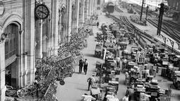 Layanan bagasi dipenuhi dengan sepeda dan koper di Stasiun Kereta Api Austerlitz, Paris, Prancis, 1 Agustus 1948. (INTERCONTINENTALE/AFP)