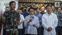 Menteri Luar Negeri Retno Marsudi (tengah), Menteri Kesehatan Terawan Putranto (kanan) dan   Panglima TNI Marsekal Hadi Tjahjanto melakukan persiapan untuk menjemput Warga Negara Indonesia (WNI) di Wuhan, China, di Bandara Soekarno-Hatta, Tanggerang, Sabtu (1/2/2020). (merdeka.com/Imam Buhori)