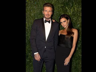 David dan Victoria Beckham saat menghadiri pesta penghargaan Evening Standard di London, Minggu (30/11/2014). (AFP PHOTO/Justin Tallis)