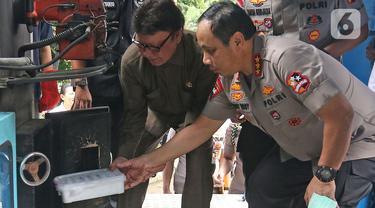 Wakapolri Komjen Pol Gatot Eddy Pramono dan Menpan RB Tjahjo Kumolo memasukan barang bukti sabu ke dalam mesin pembakaran saat pemusnahan narkoba di Mapolda Metro Jaya, Rabu (19/2/2020). Total nilai jual dari barang bukti tersebut ditaksir mencapai Rp 1,58 triliun. (Liputan6.com/Herman Zakharia)