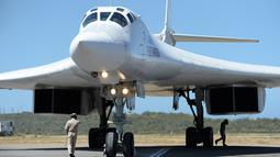 Sebuah pesawat pengebom jarak jauh TU-160 mendarat di Bandara Internasional Simón Bolívar, dekat Caracas, Senin (10/12). Rusia memberangkatkan dua pesawat pembom strategisnya bersama dengan 100 pilot ke Venezuela. (Federico PARRA / AFP)