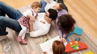 Orangtua memiliki peran untuk mengajarkan nilai persahabatan pada anak. (iStockphoto)