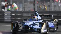 Sebastien Buemi, pembalap Renault, tampil sebagai juara Formula E 2017 seri Monaco di Circuit de Monaco, Sabtu (13/5/2017). (Yann COATSALIOU / AFP)