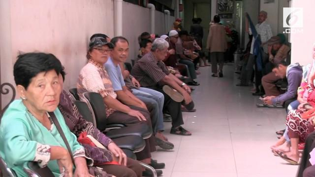 Para pensiunan harus rela mengantre sejak Subuh untuk mengambil uang THR yang diberikan pemerintah. Tahun ini, pemerintah memutuskan memberikan para pensiunan THR.