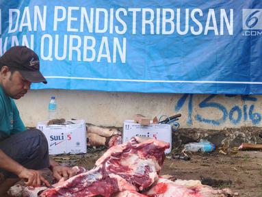 Petugas memotong daging kurban di Lapangan Masjid Al Azhar, Jakarta, Jumat (1/9). Masjid Al Azhar Jakarta memotong dan mendistribusikan ratusan hewan kurban pada Hari Raya Idul Adha 1438 H. (Liputan6.com/Helmi Fithriansyah)