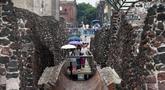 Pengunjung berjalan di Templo Mayor di kota Meksiko, (12/8). Templo Mayor merupakan bagian dari pusat sejarah kota Meksiko, yang dimasukan ke Daftar Warisan Dunia UNESCO pada tahun 1987. (AFP Photo/Rodrigo Arangua)