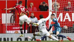 Pada menit ke-30 akhirnya Manchester United membuka keunggulan melalui Bruno Fernandes. Lepas dari jebakan offside usai menerima umpan Paul Pogba, ia melepaskan tembakan yang melewati sela-sela kaki kiper Illan Meslier. Manchester United 1, Leeds United 0. (Foto: AFP/Adrian Dennis)