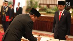 Komjen Syafruddin melakukan penandatanganan saat dilantik menjadi Menteri Pendayagunaan Aparatur Negara dan Reformasi Birokrasi (PANRB) oleh Presiden Joko Widodo atau Jokowi di Istana Negara, Jakarta, Rabu (15/8). (Liputan6/HO/Pian)