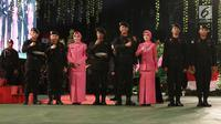 Kapolri Jenderal Tito Karnavian bersama istri Tri Suswati foto bersama dengan rekan-rekannya saat HUT Korps Brimob ke-73 di Mako Brimob Polri, Kelapa Dua, Depok, Jawa Barat (14/11). (Liputan6.com/Herman Zakharia)