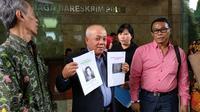 Kuasa hukum Munier, Wartono Wirjasaputra memperlihatkan bukti yang dibawannya di Bareskrim Polri, Jalan Medan Merdeka Timur, Jakarta Pusat, Rabu (29/8/2018). (Liputan6.com/Nafiysul Qodar)