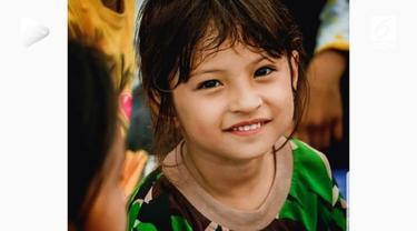 Anak perempuan bernama Jihan ini harus kehilangan orangtua saat terjadinya gempa Palu. Paras dan keteguhan hati sang anak jadi perhatian warganet.