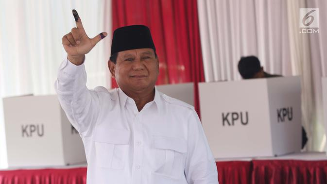 Calon Presiden no urut 02, Prabowo Subianto mengangkat tangan usai menggunakan hak pilihnya pada Pemilu 2019 di TPS 041 Kampung Curug, Desa Bojong Koneng, Babakan Madang, Kabupaten Bogor, Jawa Barat, Rabu (17/4). Prabowo didampingi Fadli Zon. (Liputan6.com/Helmi Fithriansyah)